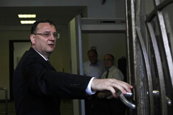 Чешкиот премиер Петр Нечас поднесе оставка