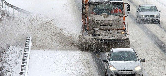 Снежна лавина го прекина сообраќајот на патот Маврово Дебар