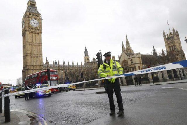 Вооружен напад пред парламентот во Лондон   едно лице убиено  десетици ранети