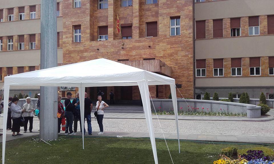 Отстранети шаторите пред Собрание