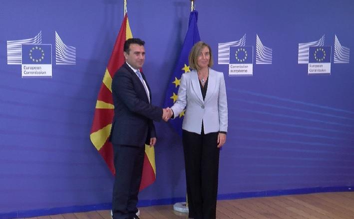 Заев денеска на неформален состанок со премиерите од Западен Балкан кај Могерини