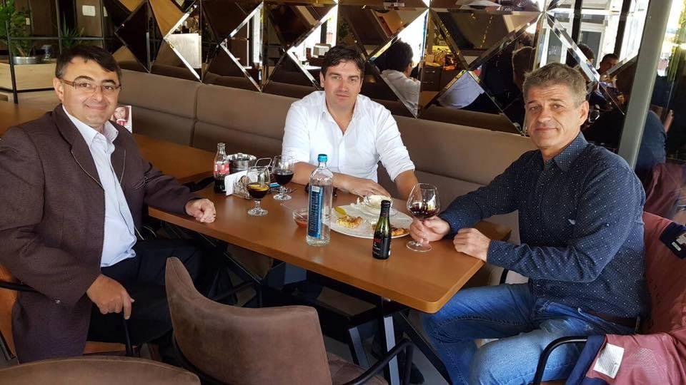 Градоначалникот и противкандидатите од Неготино за пример во регионот  Другарски седнаа во кафеана на пита