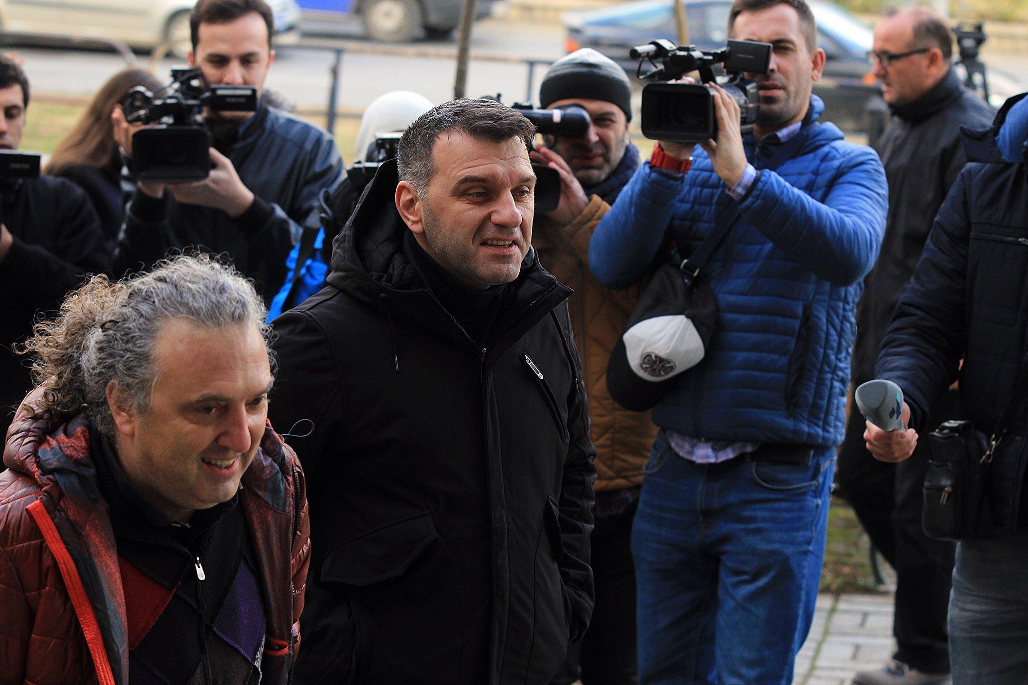 Пратениците чекаат судијата да одлучи дали ќе одат во притвор
