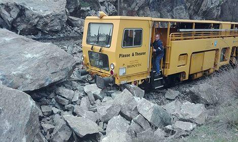 Возило на ЈП Македонски железници се забило во одронот од карпи кај Велес