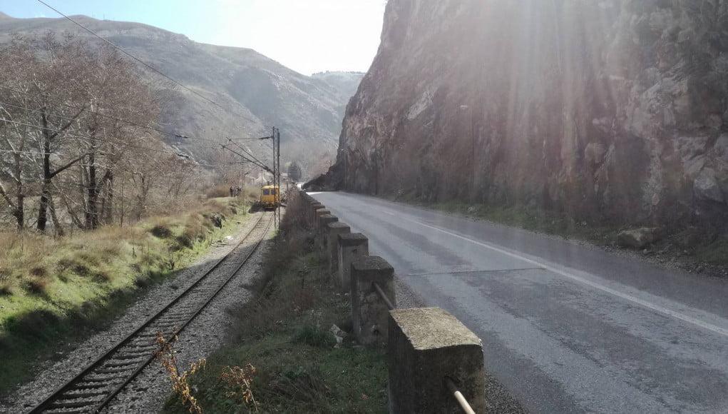 Карпа падна врз пат и пруга во близина на Велес